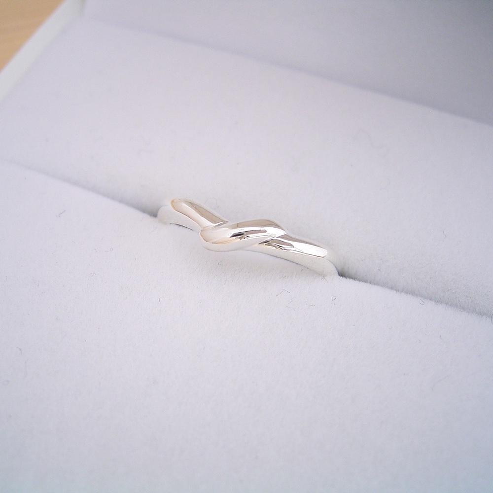 画像1: 地金で絆をしっかりと結びつける結婚指輪 (1)