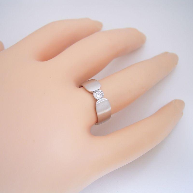 指当たりが最高の婚約指輪「Kiwami type F」