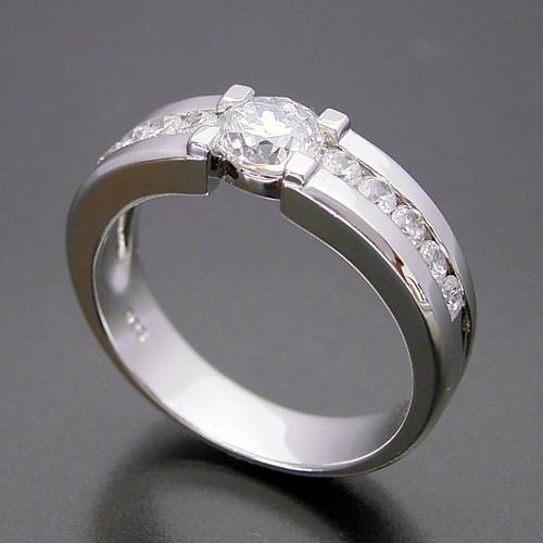 堂々とした風格が漂う婚約指輪