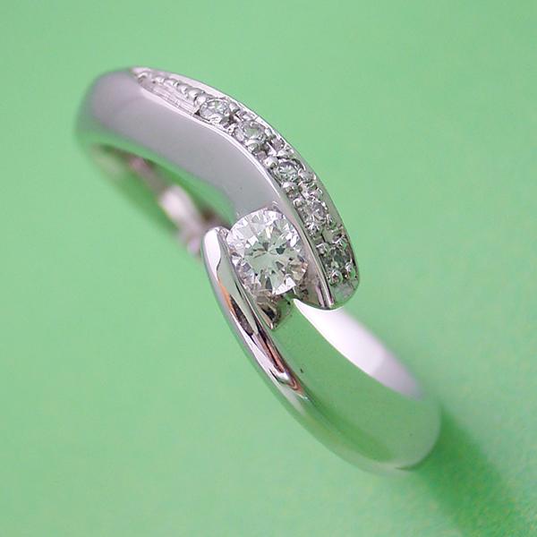 地金を使ってボリュームを出した婚約指輪