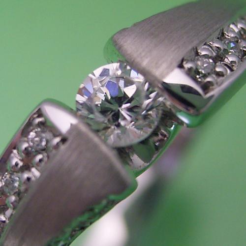 画像1: メレダイヤとツヤ消し仕上げがとても素敵な婚約指輪 (1)