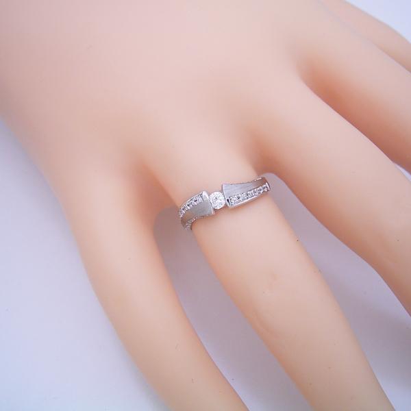 メレダイヤとツヤ消し仕上げがとても素敵な婚約指輪
