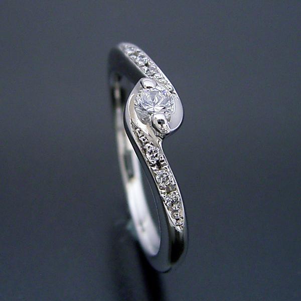 画像1: とっても華奢だけど重ね着けが似合う婚約指輪 (1)