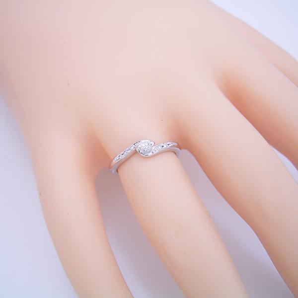 とっても華奢だけど重ね着けが似合う婚約指輪