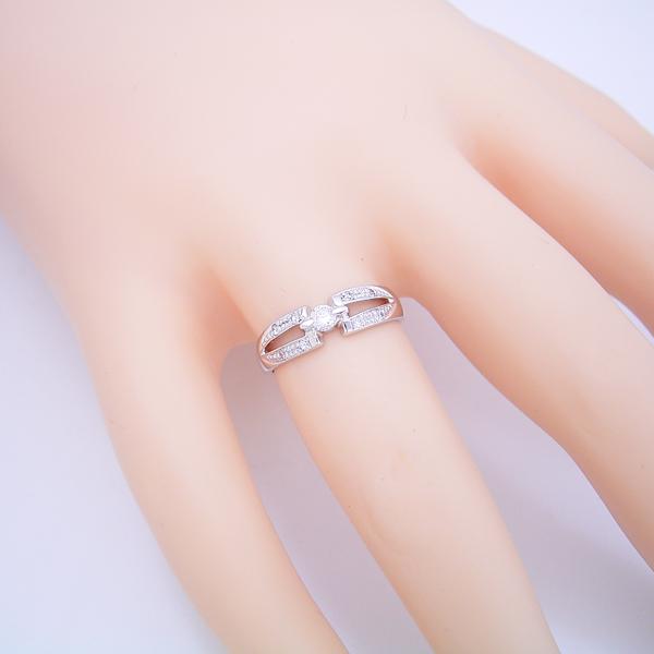 土偶みたいなデザインですが、指に着けると似合う婚約指輪