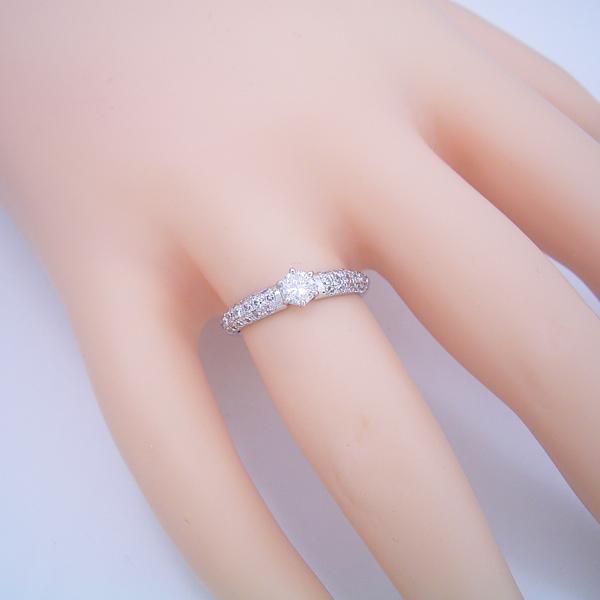 ハーフパヴェセッティングの婚約指輪