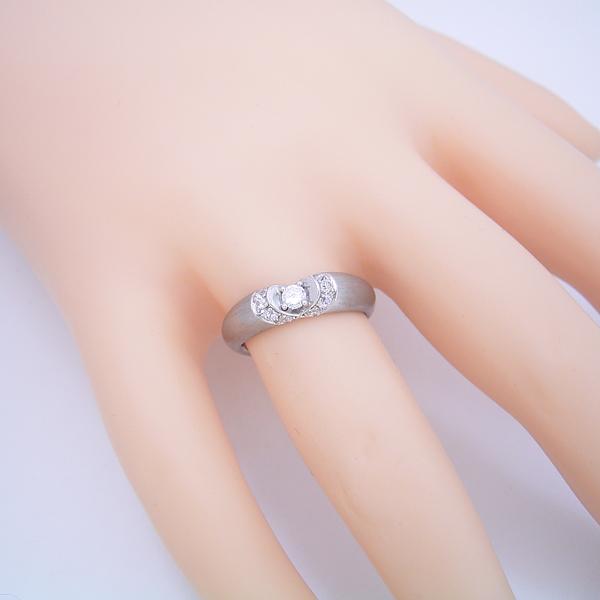 隠れたハートをイメージした婚約指輪