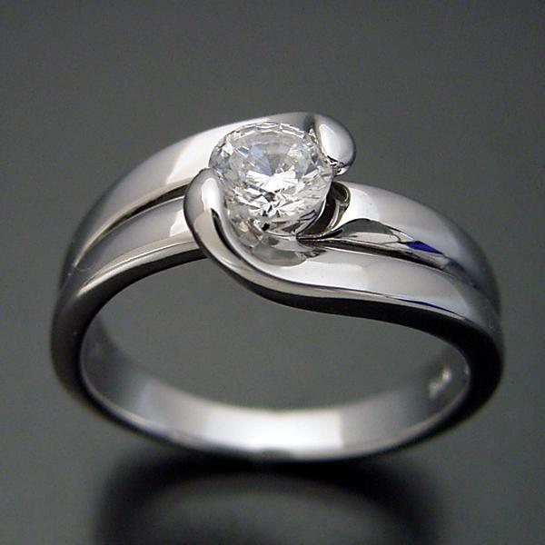 ダイヤモンドを優しく包み込む婚約指輪