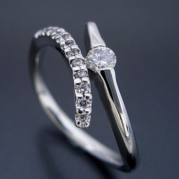 シンプルで豪華な婚約指輪