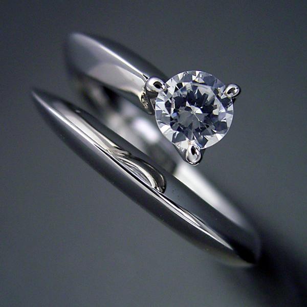 スッキリとしてシンプルな婚約指輪