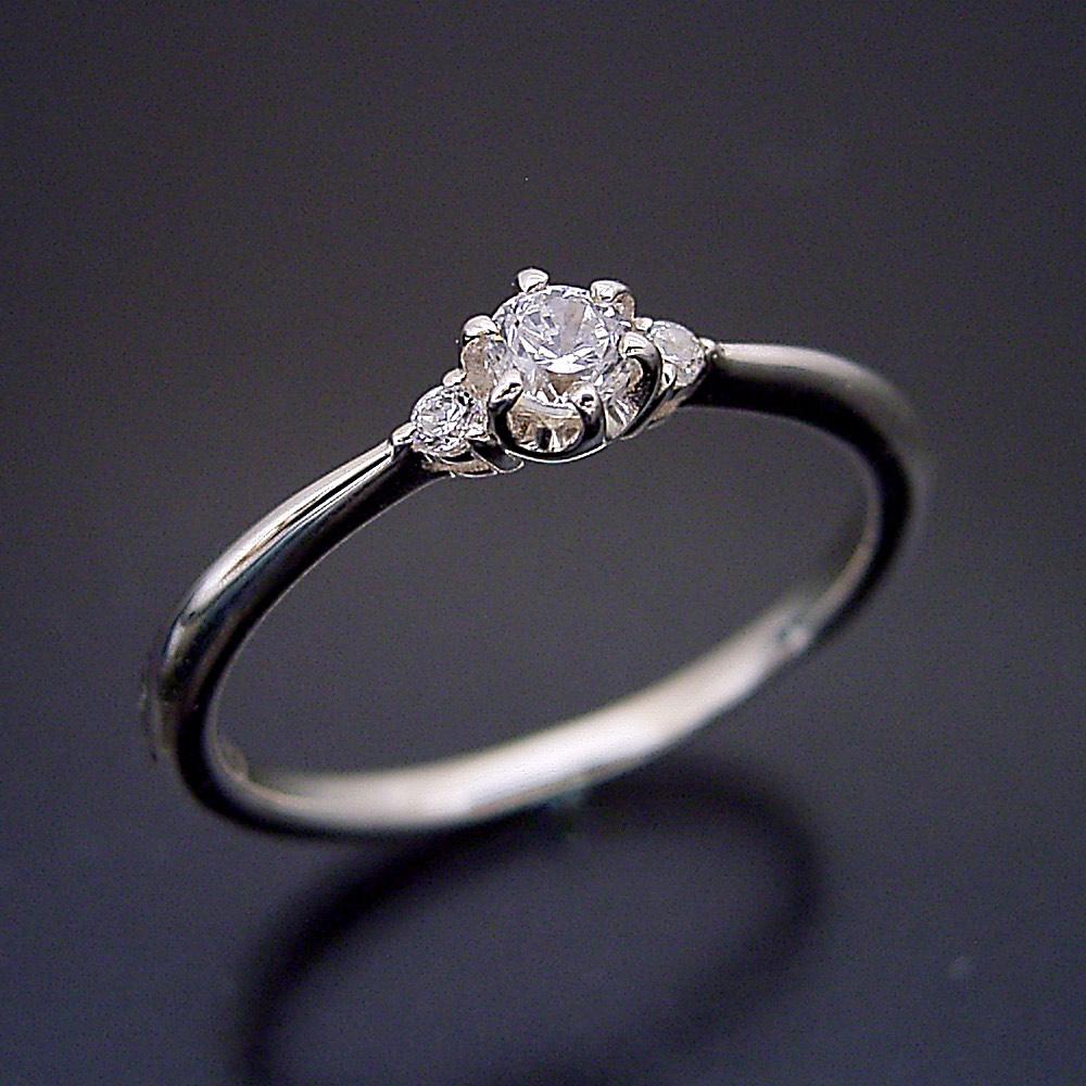 サイドメレが付いた、シンプルティファニーセッティングリング婚約指輪