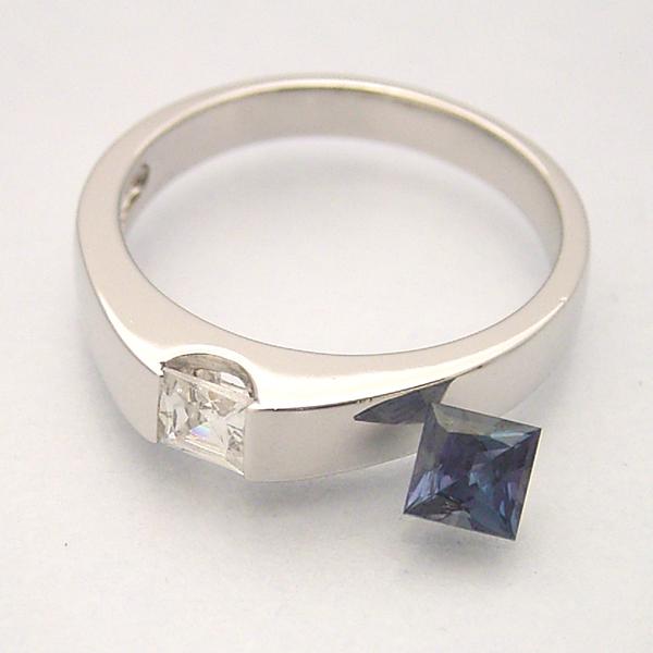 スクエアカットのアレキサンドライトの婚約指輪