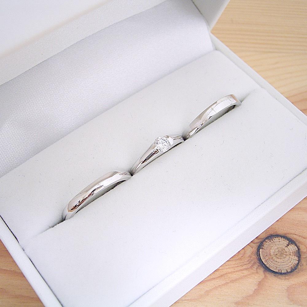 画像1: 婚約指輪・結婚指輪 ブライダルリングセット「甲丸リングにダイヤモンドを埋め込んだ婚約指輪」 (1)
